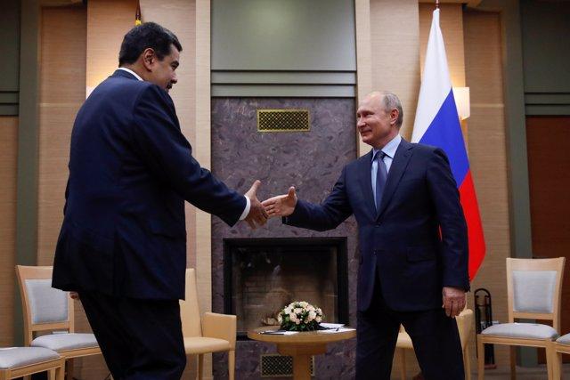 Russian President Vladimir Putin (R) shakes hands with his Venezuelan counterpar