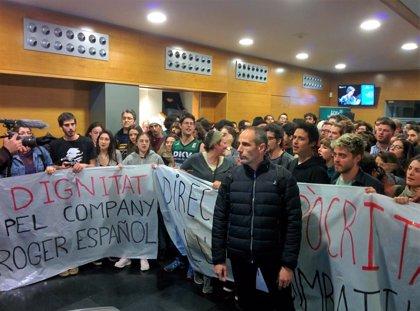 Estudiantes del Liceu despiden el acto de Cs con el 'Himno de Riego' y la 'Marcha Imperial'