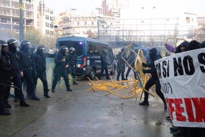 Els Mossos carreguen contra antifeixistes a la plaça 1-O de Girona que protesten contra la presència de Vox