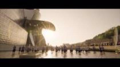 Alumnos de una coral de Bizkaia ponen música a los escenarios del Guggenheim en varios vídeos