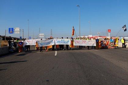 Una cinquantena de persones tallen l'A-7 a Tarragona amb el lema 'Enfonsem la Constitució' durant 25 minuts