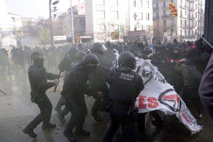 Càrregues policials, diversos ferits i un detingut a la manifestació antifeixista contra l'acte de Borbonia i Vox a Girona