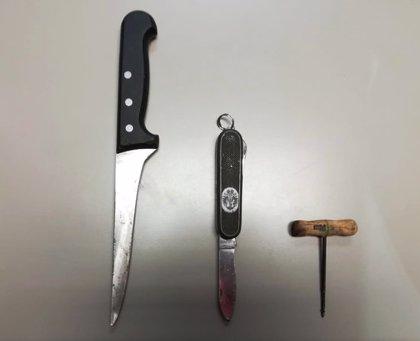 La Policia Local de Banyoles redueix un veí que s'ha presentat a comissaria armat amb un ganivet, una navalla i un punxó