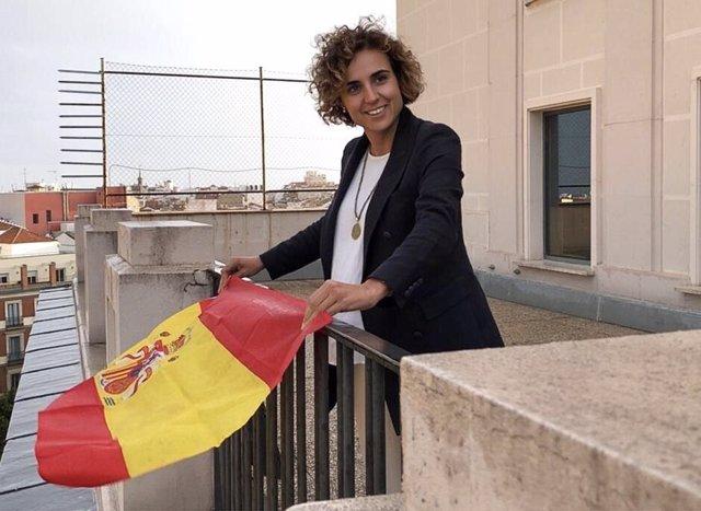 Dolors Montserrat blande la bandera española