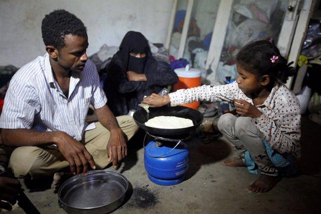 Una familia prepara la comida en Saná