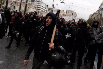 Cientos marchan por Atenas en el 10º aniversario de la muerte de un adolescente a manos de la Policía