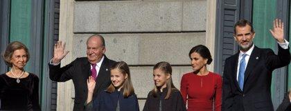 La elegancia de la Reina Sofía hace brillar también a la Reina Letizia