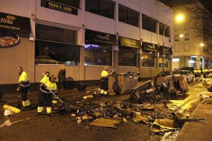 Càrregues policials i contenidors cremats a Terrassa després d'una manifestació de VOX a favor de la Constitució