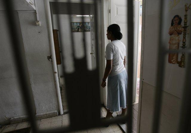 Una trabajadora doméstica en un refugio de Caritas en Líbano