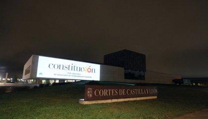 Las Cortes proyectan el logotipo del 40 aniversario de la Constitución