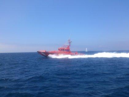 Rescatados ocho menores marroquíes a bordo de cuatro neumáticas en el Estrecho, en Cádiz