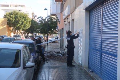Un incendio obliga a desalojar a cerca de 60 vecinos en Ibiza y calcina tres coches y dos motos