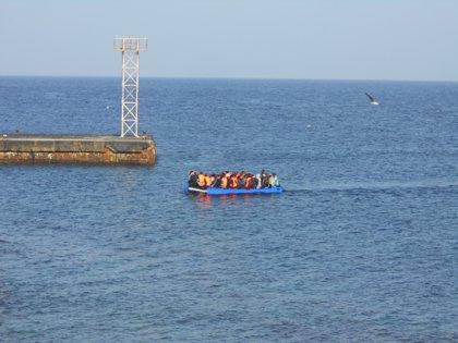 Un grupo de unos 70 inmigrantes llegan en patera a la isla de Alborán (Almería)