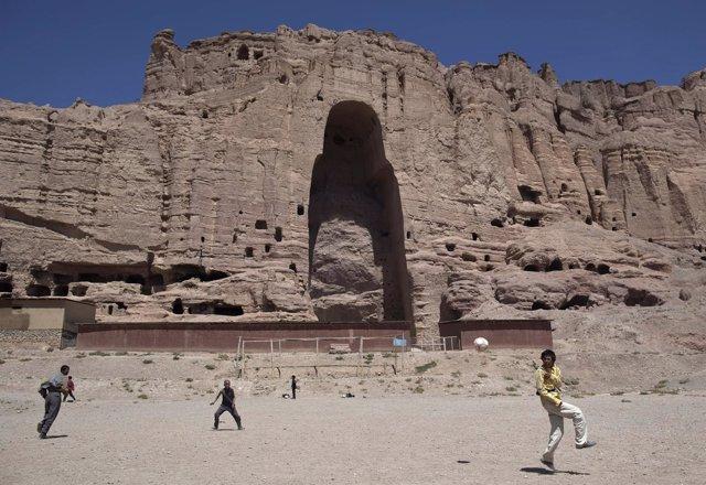 Niños afganos juegan delante de donde estaban los budas de Bamiyán