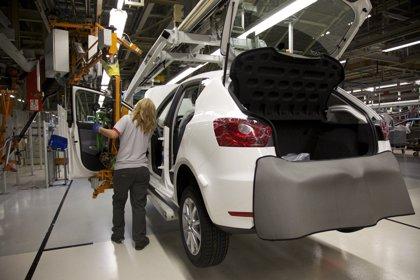 El Gobierno atiende a la automoción y relanza el contrato de relevo para crear 70.000 empleos