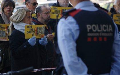 Concentració en silenci davant d'una comissaria dels Mossos a Tarragona en rebuig a les càrregues a Girona i Terrassa