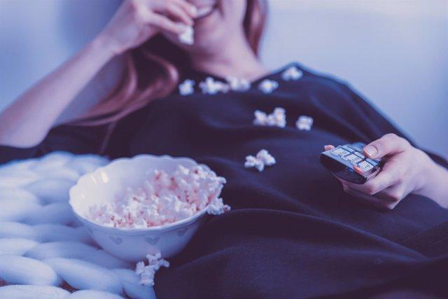 Nesting, pasar tiempo en casa, ver una película, palomitas