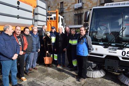 El Ayuntamiento de León incorpora al servicio de limpieza de la ciudad tres camiones y dos barredoras