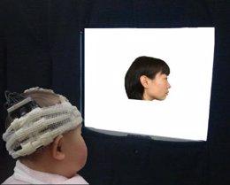 Un bebé mira a su madre, que está de perfil