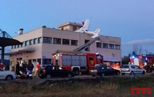 Avioneta estavellada sobre una gasolinera a Badia del Vallès (Barcelona)
