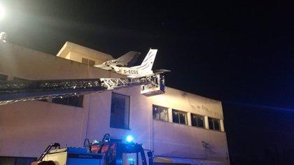 Bajan la avioneta accidentada en Badia del Vallès (Barcelona) para sacar las dos víctimas mortales