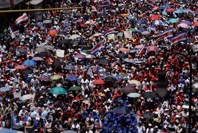 Empleados del sector público marchando contra la reforma fiscal.