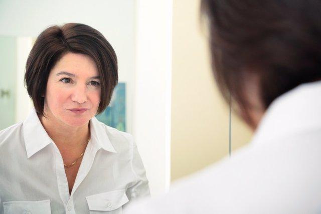 Mujer miránsode al espejo