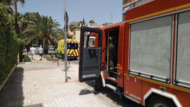 Camión de bomberos de Málaga y ambulancia rescatan a una mujer de su casa caída
