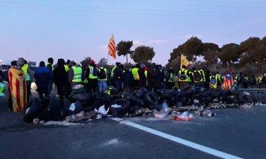 Els CDR tallen l'autopista AP-7 a L'Ampolla (Tarragona) (@CDR_CAMBRILS)