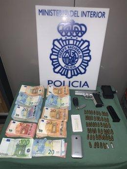 Dinero y una pistola intervenidas en la operación 'Rávena'