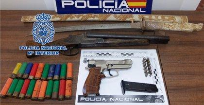 Detienen a dos personas en Córdoba por presunta tenencia ilícita de armas y tener una escopeta robada hace seis años