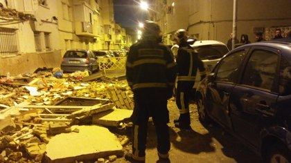 Afectados cuatro coches por el desplome de dos balcones corridos de un edificio de Jerez (Cádiz)