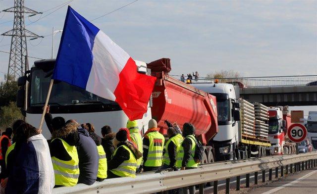 Manifestantes bloqueando una carretera en Francia