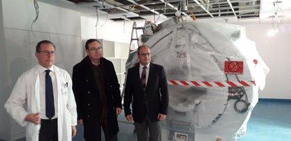 El HUCA instala su quinta resonancia magnética, un equipo donado por la Fundación Amancio Ortega
