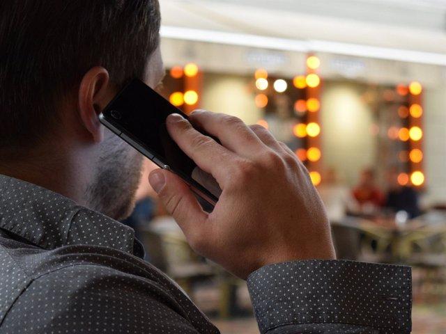 Hombre habla por el móvil
