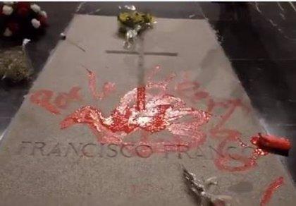 El artista que pintó la tumba de Franco presta declaración ante la Guardia Civil por desórdenes públicos y daños
