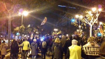 Unas 300 personas cortan la Diagonal y el paseo de Gràcia de Barcelona pidiendo libertad para los presos