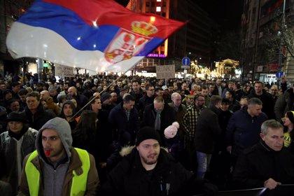 Manifestación en Belgrado para protestar por el ataque al político opositor Borko Setefanovic