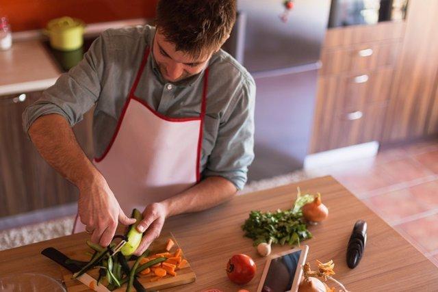 Hombre cocinanco, verdura, cocinar