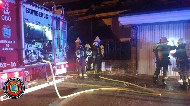 Bomberos de Santander sofocando un incendio