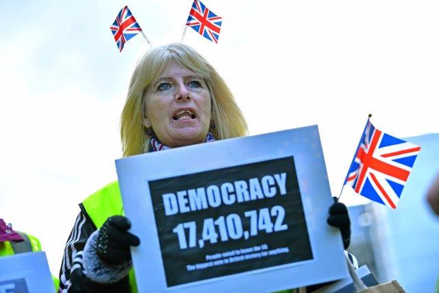 Pancarta con la cifra de los 17.410.742 votos favorables al Brexit
