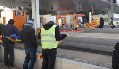 Els CDR aixequen les barreres de peatge de diverses autopistes de Catalunya (@TARRAGONACDR)