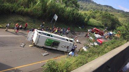 Ya son 13 los muertos y 20 los heridos tras volcar un autobús en el oeste de Colombia