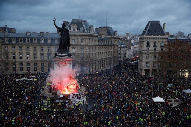 Los chalecos amarillos en la Plaza de la República en París