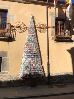 """Árbol """"del conocimiento"""" hecho con libros en el El Barco de Ávila"""