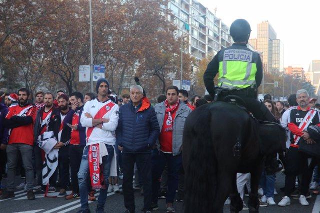 Seguidores del River Plate y del Boca Juniors celebran la final de la Copa Liber