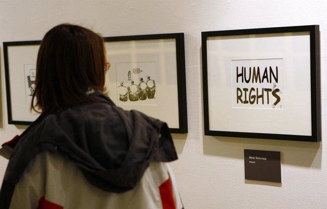 Una mujer en una exposición sobre DDHH en la ONU