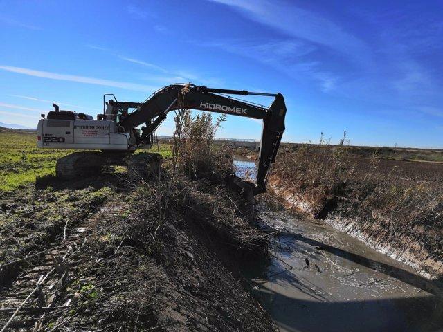 Confederación Guadalquivir Máquina limpiando cauce río Yeguas tras temporal oct