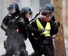 La Policia francesa denuncia que estan desbordats per les protestes dels Armilles Grogues (REUTERS / BENOIT TESSIER)