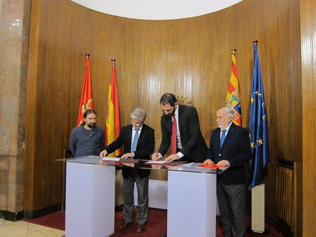 Santisteve y Garbajosa firmando el acuerdo este lunes en el Ayuntamiento